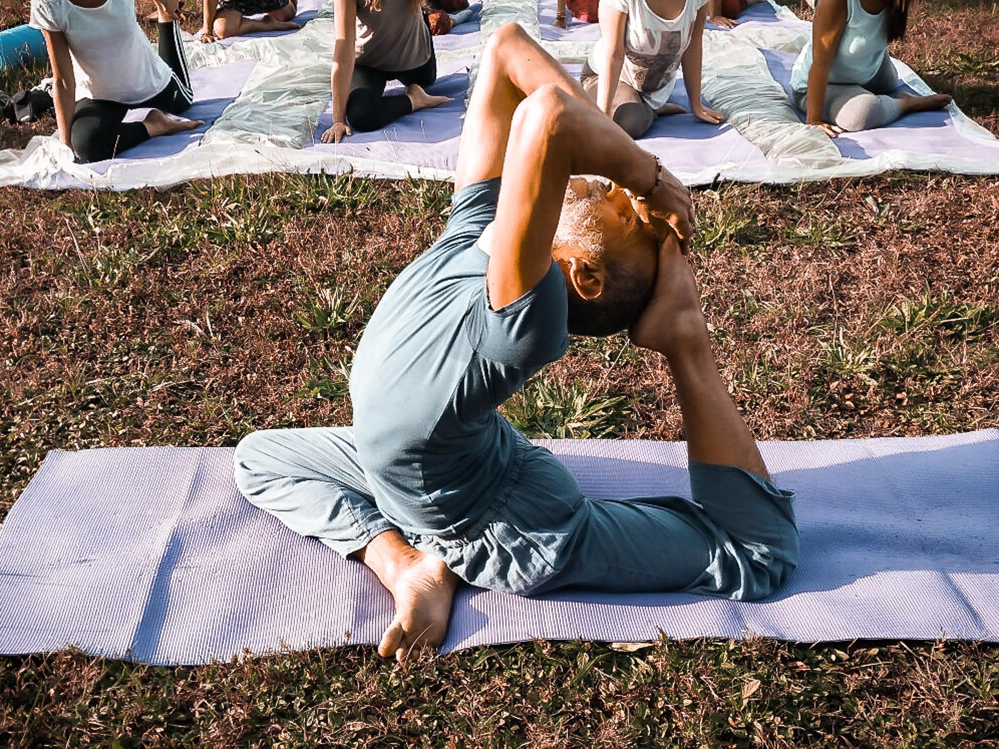 maestro-insegnante-yoga-azione-posizione-parco-allievi