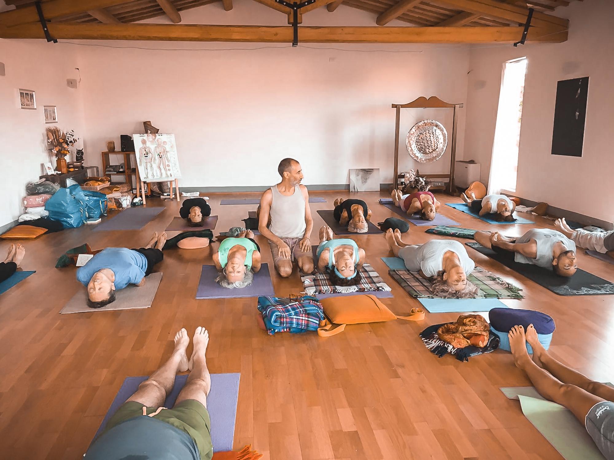 Insegnante-yoga-posizioni-esercizi-relax-meditazione