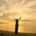 Donna-yoga-meditazione-braccia-aperte-tramonto-mare-rilassamento-scuola-vicenza-claudio-fabris